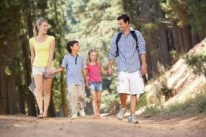 11238943-familia-de-paseo-por-el-campo