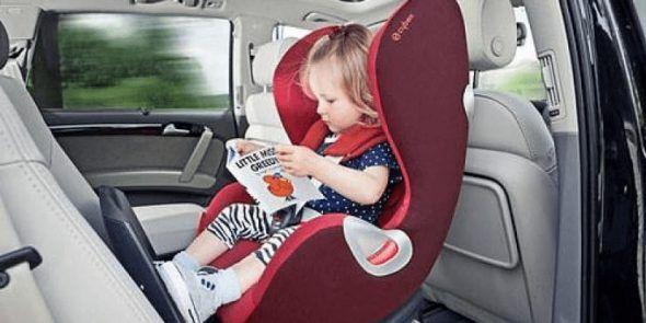 Niña viajando en coche